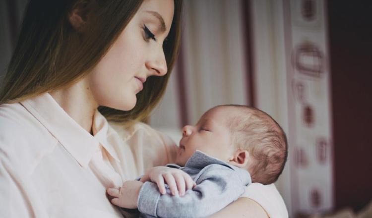 Deben evitar las visitas a la madre y al recién nacido. Pixabay