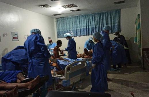 Los reclusos heridos en el motín en el penal de Guanare, en el Estado venezolano de Portuguesa, son atendidos en un centro hospitalario. Foto tomada de @carlosi_suarez