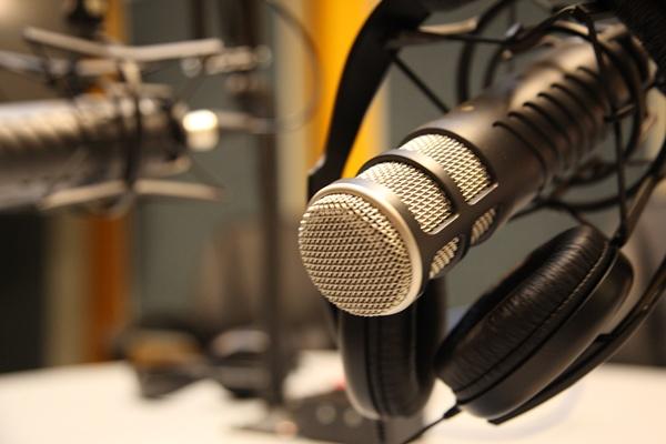 El horario en el que se dictarán las clases a través de la radio será de 11:00 a.m. a 12:00 m.d.