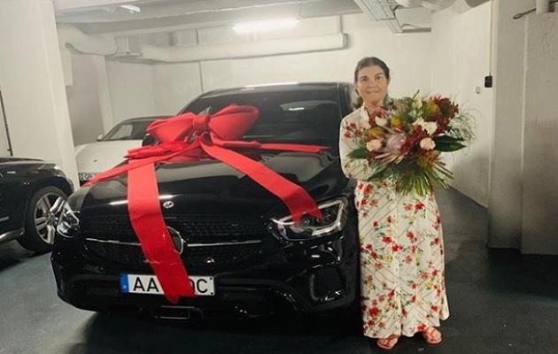 Dolores Aveiro junto a su nuevo auto.