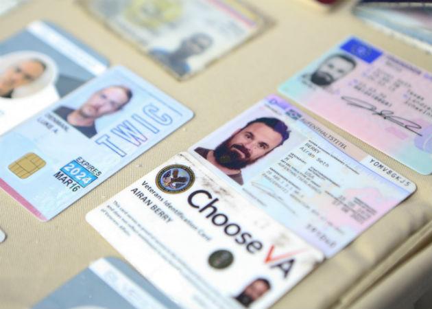 Credenciales de los mercenarios capturados en Venezuela, el de la izquierda corresponde a Luke Denman. Fotos: AP/EFE