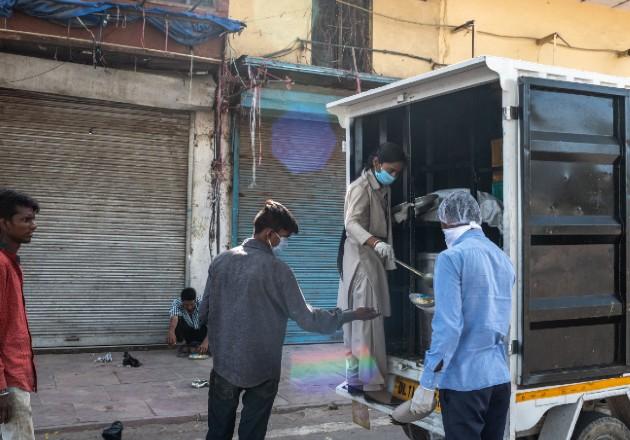 """Trabajadores en India ya enfrentan inseguridad alimentaria. """"En lugar del coronavirus, el hambre nos matará"""", dijo uno. Muchos ependen ahora de comedores de caridad. Foto / Rebecca Conway para The New York Times."""