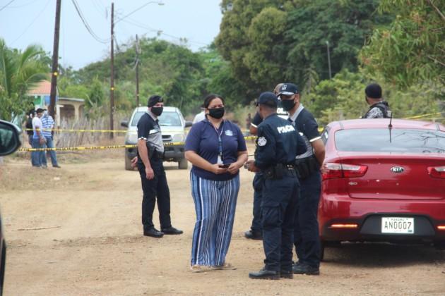 Las autoridades de policía y del Ministerio Público iniciaron las investigaciones para determinar los hechos, que consternaron a la comunidad. Foto/Thays Domínguez