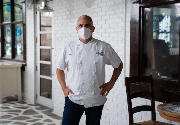 """""""Lo que estamos haciendo es seguir adelante con la nueva forma de comer"""", dijo el chef Pano Karatassos. Foto / Kevin D. Liles para The New York Times."""