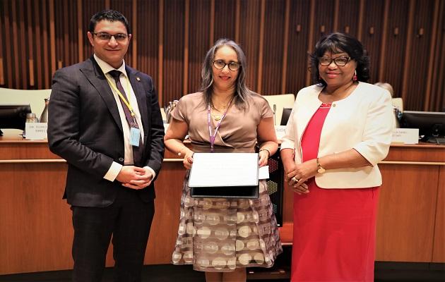 La doctora Reina Roa Rodríguez junto a la directora de la OPS, Carissa Etienne.