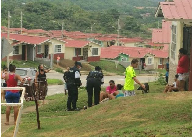 La víctima de La Valdeza, de 21 años, quedó tendida sobre la acera. Foto: Eric Montenegro.