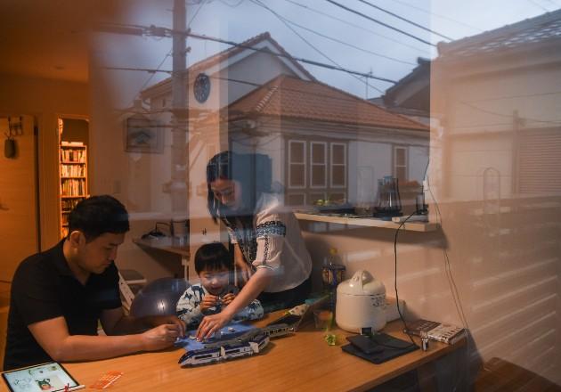 Pese a la pandemia y a la emergencia en Japón, muchas empresas no dejan a sus empleados trabajar desde casa. Foto / Noriko Hayashi para The New York Times.