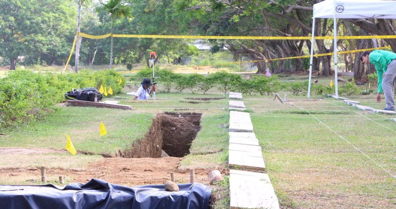 Las exhumaciones de las víctimas de la invasion se realizan en el Jardín de Paz.