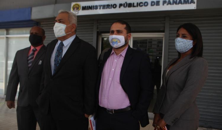 Abogados de Ricardo Martinelli luego de interponer la denuncia contra Harry Díaz. Víctor Arosemena