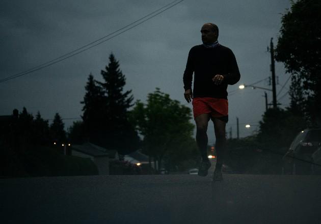 """Kurt Streeter cerca de su hogar en Seattle, Washington: """"éste es mi barrio tanto como lo es de ellos"""". Foto / Grant Hindsley para The New York Times."""