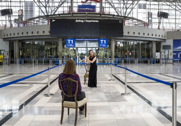 Stephanie Winker tocó la flauta para Annika Fink en un recital reciente en el Aeropuerto de Stuttgart, Alemania. Foto / Louisa Marie Summer para The New York Times.