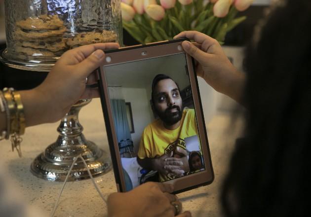 Ravi Sharma, normalmente en forma, perdió 23 kilos cuando tuvo COVID-19. En FaceTime con la familia. Foto / Maddie McGarvey para The New York Times.