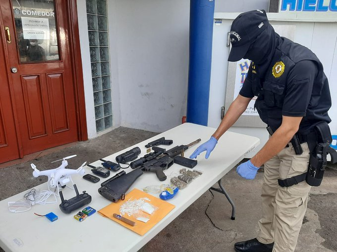 En el operativo, además del arma de guerra, se decomisaron sustancias ilícitas.