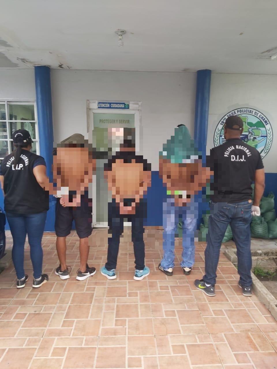 """La noche del 4 de junio, los tres hombres, llegaron a la residencia 136 en la barriada Villa Mireya en el distrito de Capira y atacaron a tiros a los miembros de una familia, hiriendo mortalmente a """"Tavito""""."""