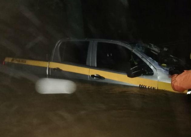 Los alimentos que transportaba el vehículo fueron arrastrados por la corriente. Foto: Melquíades Vásquez.