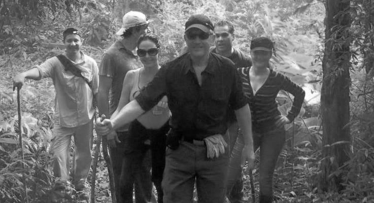 Jaime Figueroa, junto a un grupo, dirigiéndose a la cima del cerro Pechito Parao en la selvática serranía del Majé, en Darién. Foto Archivo.