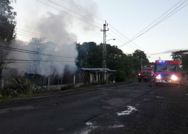 Los bomberos atendieron dos grandes incendios en David y Bugaba. Foto: Mayra Madrid.