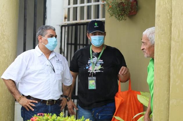 El viceministro Luis Francisco Sucre (izq.) ha entregado mascarillas de tela y envases de gel alcoholado en diferentes puntos del país. Foto @MINSAPma