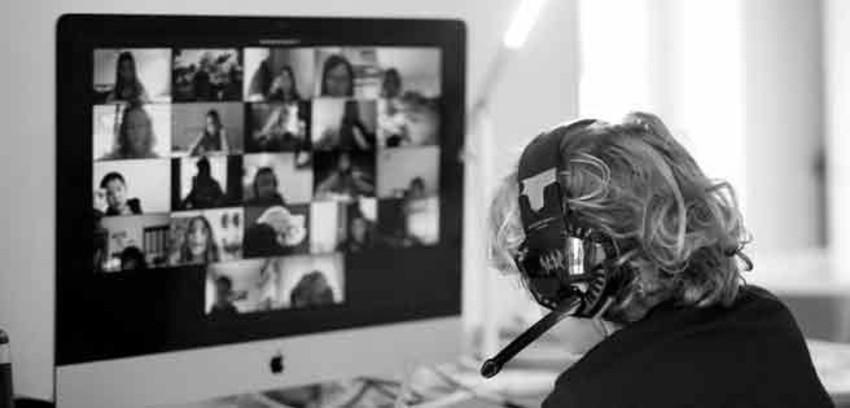 Frente a la pandemia mundial el desarrollo de las clases continuarán su curso por medio de grupos de WhatsApp, módulos de auto instrucción, foros, chats, redes sociales, aplicaciones y cursos digitales. Foto: EFE.