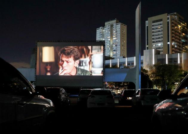 Una pareja ve una película en un autocine este miércoles, en Sao Paulo (Brasil). EFE.