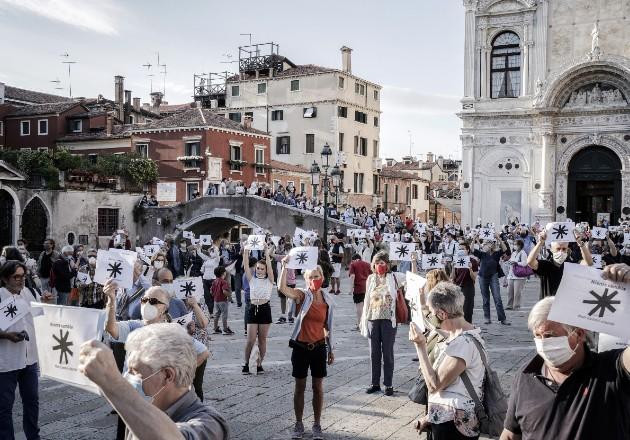 Una reciente protesta en Venecia contra la construcción de un nuevo muelle que traería botes llenos de turistas. Foto / Alessandro Grassani para The New York Times.