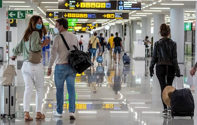 Los grandes aeropuertos de España como los de Madrid y Barcelona volvieron a funcionar este domingo, aunque no a pleno rendimiento, después de más de tres meses con una actividad prácticamente nula.