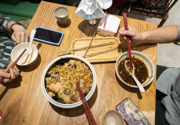 Compartir comida con tus propios palillos es una señal de intimidad. Palillos para servir en una mesa en Chilli Kitchen, en Beijing. Foto / Giulia Marchi para The New York Times.