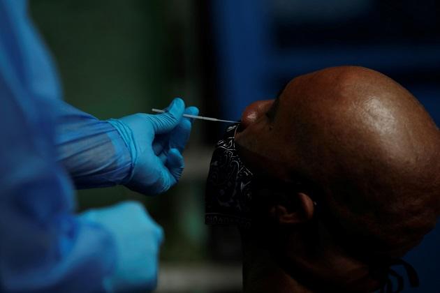Personal médico realizó 1.745 pruebas nuevas de coronavirus en las últimas 24 horas. Foto EFE