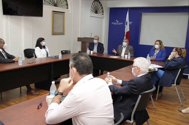 El ministro de Salud, Luis Francisco Sucre, se reunió con el Comité de Asesores Técnicos del Ministerio de Salud. Foto Minsa