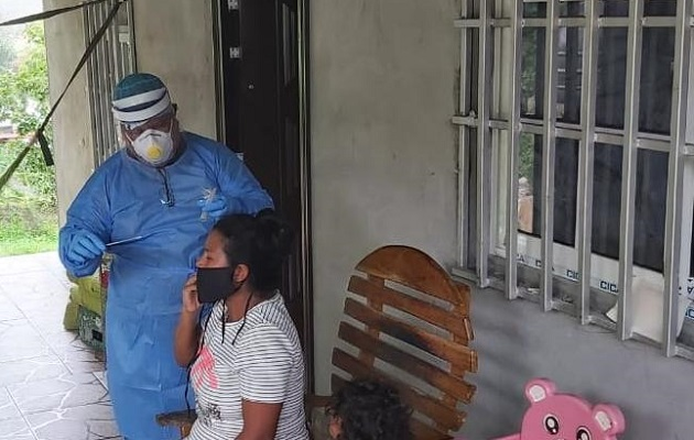 El Minsa hizo pruebas de hisopado para detectar la COVID-19 en la comunidad de Progreso 5 en Puerto Caimito. Foto @MINSAPma