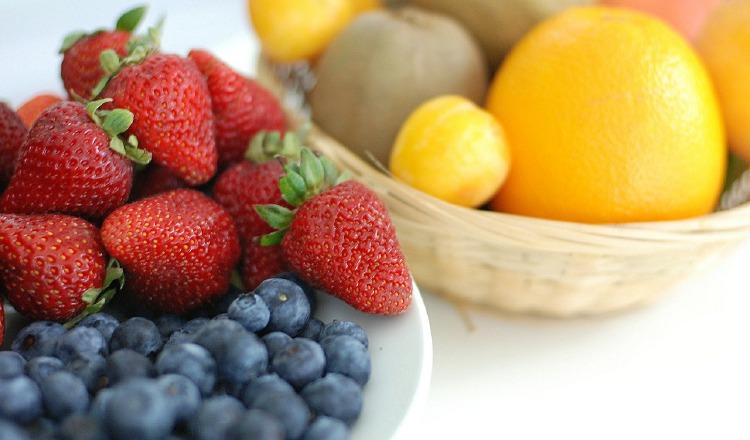 Puede consumir más fibra al incluir frutas, vegetales y granos enteros a la dieta. Pixabay