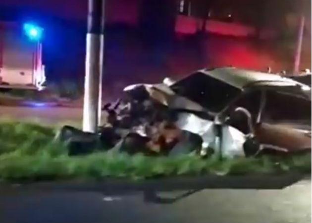 El auto impactó contra un poste del tendido eléctrico. Foto: Diómedes Sánchez.