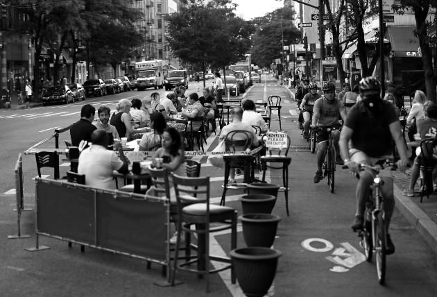 Apertura de actividades en la Avenida Columbus, ciudad de Nueva York. Hasta el 30 de junio se registran 2,682,897 millones de contagiados, 129,544 muertos, 705,203 recuperados. Foto: EFE.