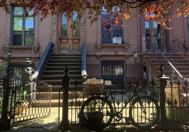 Brianna Calello llena la canastilla de su bicicleta en NY con galletas de la fortuna cada día como parte de obra colectiva. Foto / Brianna Calello.