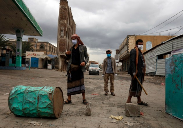 Yemeníes aliados con hutíes vigilan un retén en Sana en mayo. Milicianos han expulsado a miles de africanos. Foto / Yahya Arhab/EPA, vía Shutterstock.