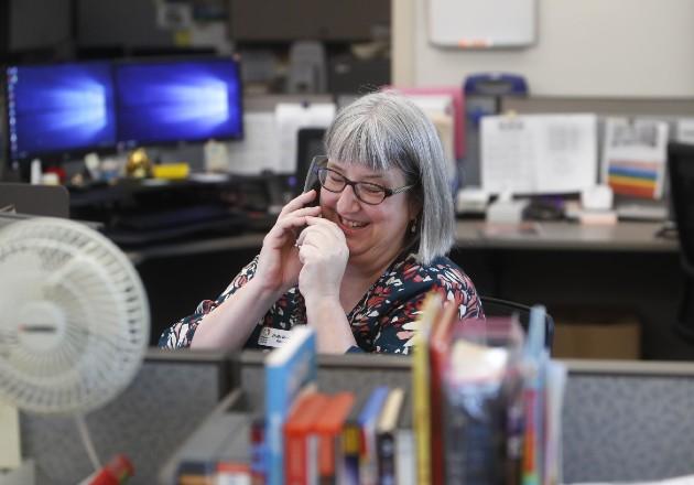 Holly Ryckman, bibliotecaria, es voluntaria de un programa que llama para monitorear a más de 100 residentes de edad avanzada. Foto / LM Otero/Associated Press.