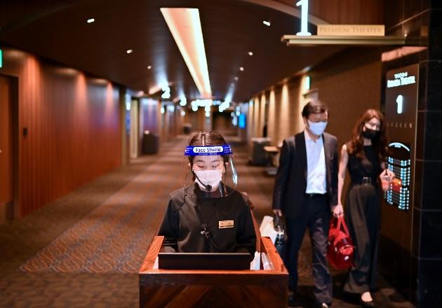 Japón ha lanzado una app de rastreo de contactos y aconseja evitar aglomeraciones. Un cine en Tokio en junio. Foto / Charly Triballeau/Agence France-Presse — Getty Images.