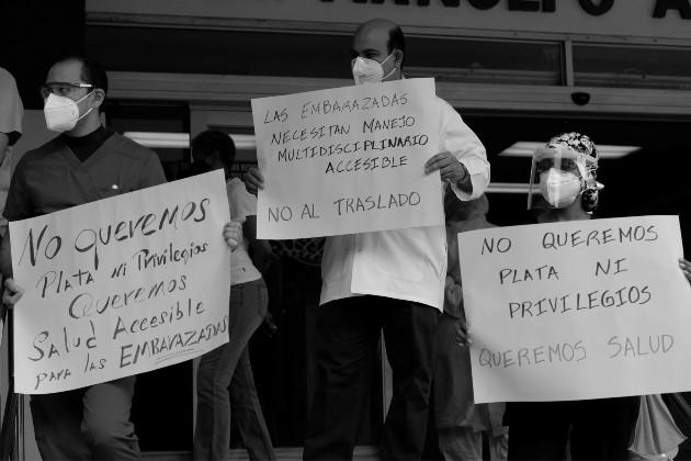Protesta de personal de salud en el Complejo Hospitalario Metropolitano de la Caja de Seguro Social. Esta es una lucha de todos, no de un solo grupo. Foto: EFE.