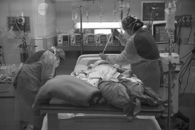 Ayer se reportaron 22 defunciones, 982 muertes acumuladas y 163 pacientes se encuentran en las Unidades de Cuidados Intensivos. Lloramos por ello. Pero bueno, es la pandemia, nos decimos. Foto: EFE.