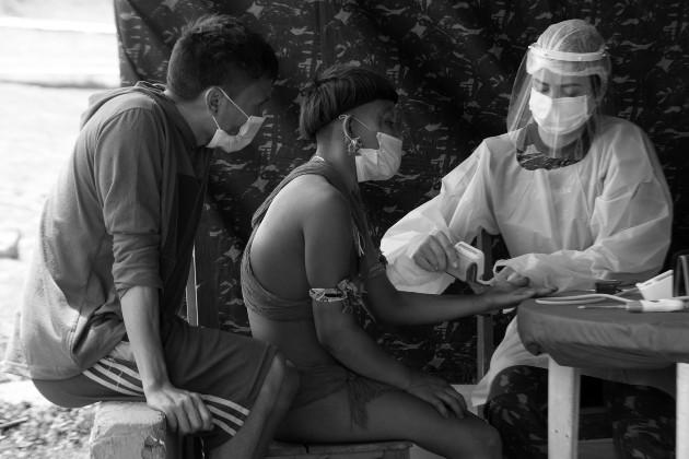 Personal de salud atiende a indígenas Yanomami, en Alto Alegre Brasil, debido a que madereros y mineros ilegales operan en la zona y podrían introducir enfermedades contagiosas como el COVID-19. Foto: EFE.