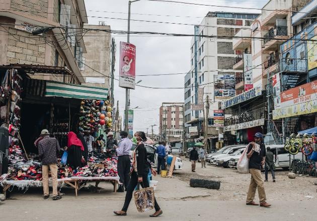 De los 170 millones de africanos que son de clase media, 8 millones podrían terminar en la pobreza. Una calle en Nairobi. Foto / Khadija Farah para The New York Times.