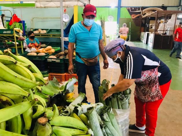 Agricultores del corregimiento de El Cacao en el distrito de Capira, con el apoyo en la movilización y mercadeo de la Dirección Regional del IMA de Panamá Oeste, vendieron sus cosechas de limones criollos, yuca, ñame, otoe, entre otros.