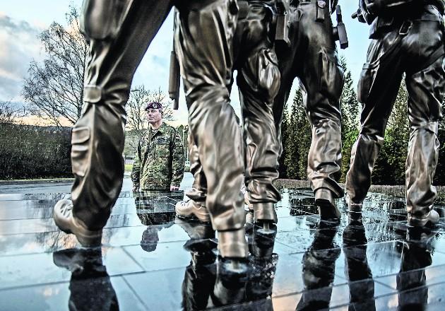 """El general Markus Kreitmayr (atrás) ha llamado a la crisis en la unidad de KSK """"la fase más difícil de su historia"""". Foto / Laetitia Vancon para The New York Times."""