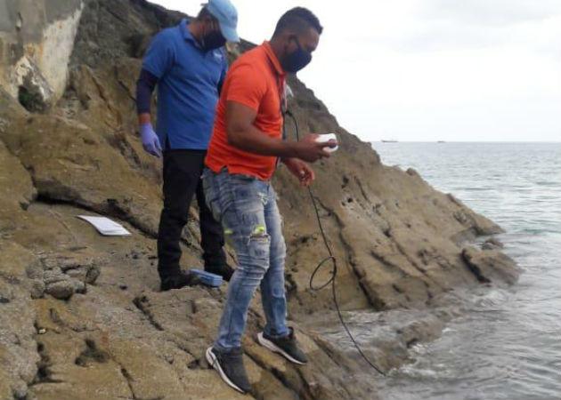 Técnicos de la Arap realizaron las muestras de agua y de los camarones en sitio. Fotos: Cortesía.