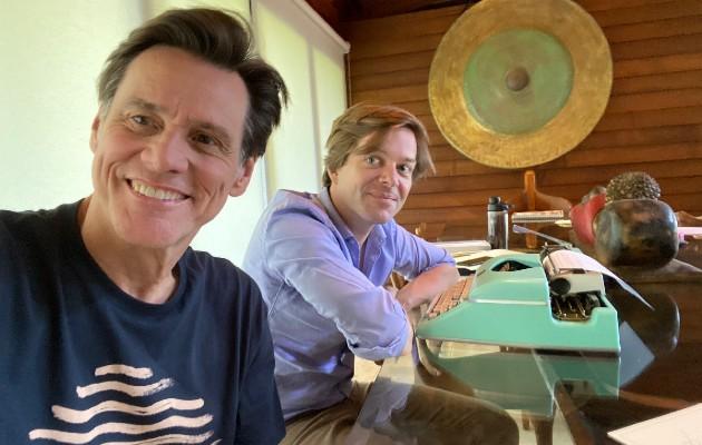 """Jim Carrey (izq.) con Dana Vachon, que dijo del libro: """"Fue un viaje a los reinos prohibidos del estrellato"""". Foto / Linda Fields Hill; coordinadora Stacey Kalchman."""