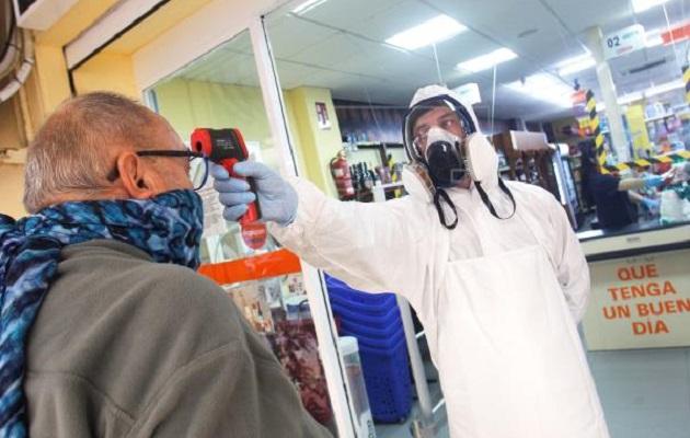 El termómetro infrarrojo es utilizado como herramienta en los protocolos sanitarios para medir la temperatura de quienes ingresan a comercios.