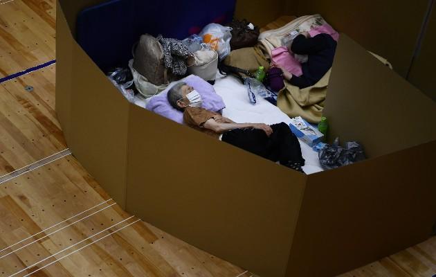 Inundaciones y deslaves cobraron al menos 62 vidas, muchas de ancianos, en Japón. Un refugio en Yatsushiro. Foto / Charly Triballeau/Agence France-Presse — Getty Images.