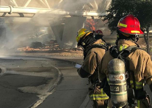 Bomberos trabajan en apagar el aparatoso incendio tras el descarrilamiento de un tren. Fotos: EFE.