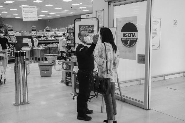 Se incluyen nuevas rutinas en la vida diaria de cada individuo, por ejemplo, la limpieza del hogar, el lavado de los alimentos, que se trae del supermercado, el saludo a los amigos, entre otras. Foto: EFE.
