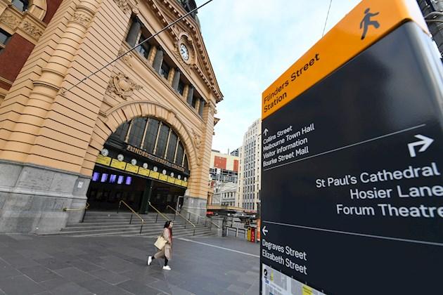 Además del toque de queda, el gobierno de Victoria endureció el domingo las restricciones en Melbourne del nivel 3 al 4, lo que implica la prohibición a sus habitantes de alejarse más de cinco kilómetros de sus casas.